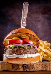המבורגר קלאסיק סטייל, קציצת אנטריקוט/בקר/טלה בתוספת חסה , עגבניה , בצל , מלפפון חמוץ