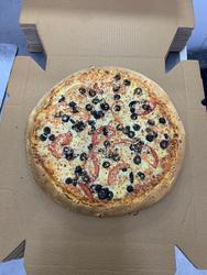 """פיצה יוונית, פיצה עם עגבניות,בולגרית,זיתים שחורים ב 30 ש""""ח בלבד מומלץ מאוד."""